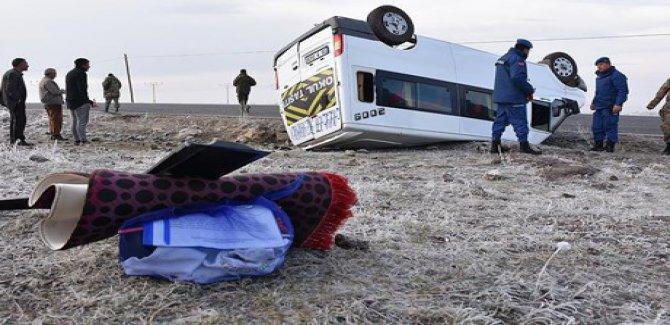 Kars'ta öğrenci servisi devrildi: 15 yaralı