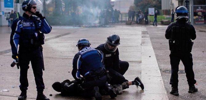 Öğrencilere diz çöktüren Fransız polisi eleştiriliyor