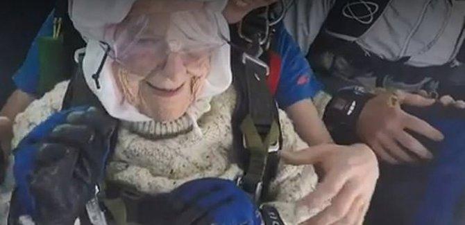 102 yaşındaki kadın 'paraşütle atlayan en yaşlı kişi' oldu