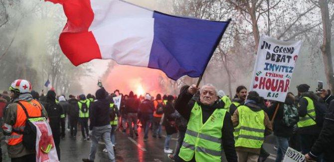 Fransa'da Sarı Yelekliler ve Kırmızı Fularlılardan eylem