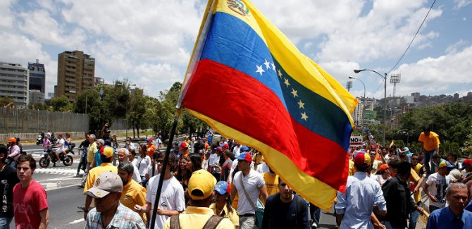 AP üyeleri Venezuela'dan gönderildi