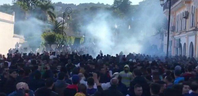 Cezayir'de Buteflika karşıtı binlerce kişi sokağa indi