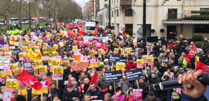 Müslümanlara Yönelik Terör Saldırılarını Protesto İçin Onbinler Yürüdü