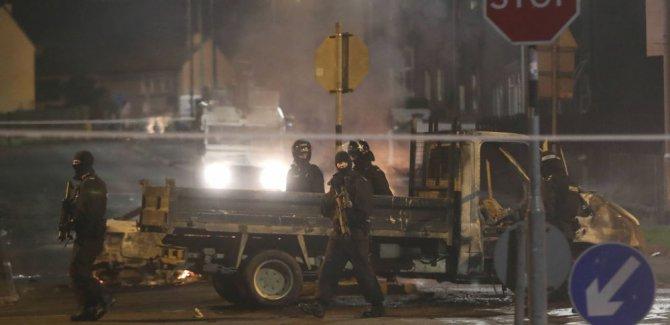 Bir gazeteci yaşamını yitirdi, polis 'yeni IRA'yı işaret etti