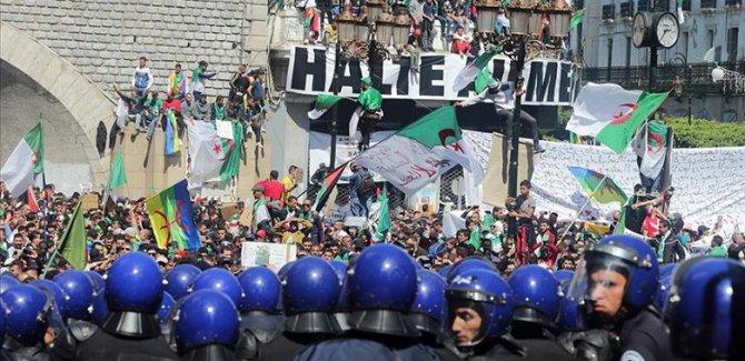 Cezayir'de protestolar sürüyor