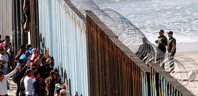 Yüzlerce göçmen gözaltına alındı