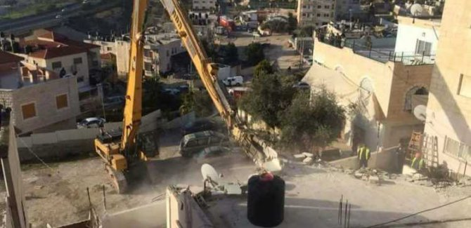 Korsan İsrail Filistinlilerin Binalarını Yıktı