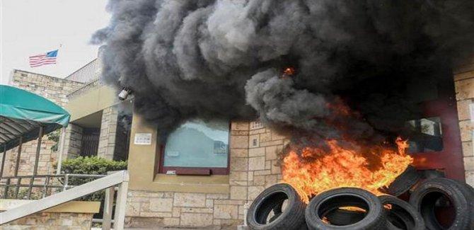 ABD Büyükelçiliği'nin kapısı ateşe verildi