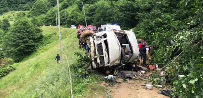 Giresun'da minibüs dereye yuvarlandı: Ölü ve yaralılar var