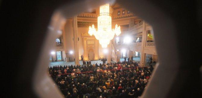 Moskova'da 100 binden fazla Müslüman namazı sokaklarda kıldı