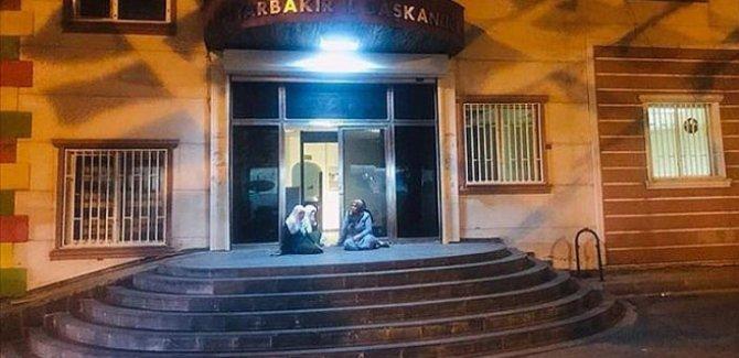 Kayıp çocuğu için HDP binasının önünde annesi eylem başlattı