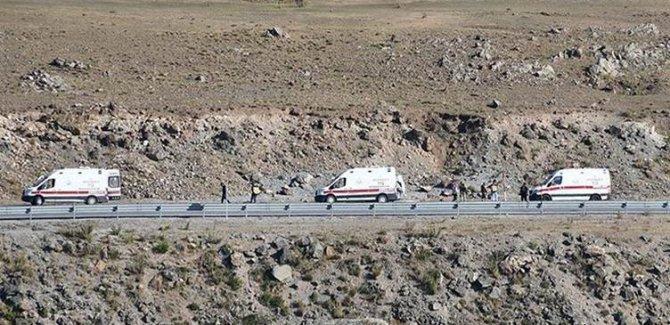 Ağrı'da minibüs devrildi:Ölü ve yaralı var