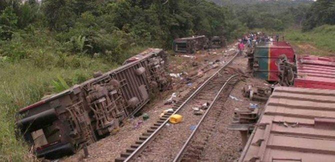 Yolcu treni raydan çıktı: En az 50 ölü