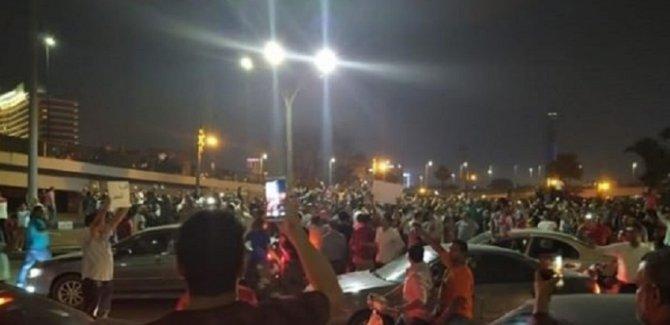 Darbeci Sisi Panikte: Mısırlılar meydanlarda