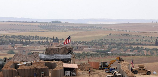 Koalisyon güçleri, Suriye'nin kuzeyinde terk ettikleri üssü bombaladı