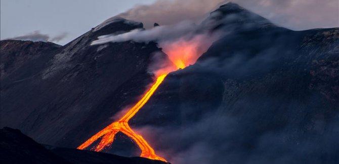 Etna yanadağı yeniden lav püskürttü