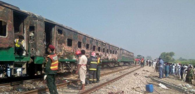 Pakistan'da tren alev aldı: En az 62 ölü