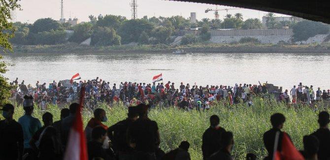 Göstericiler limanı kapattı