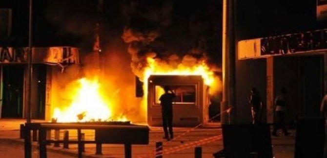 Göstericiler vekillerin evlerini ateşe verdi!