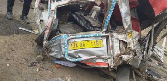 Minibüs uçuruma yuvarlandı: 16 ölü
