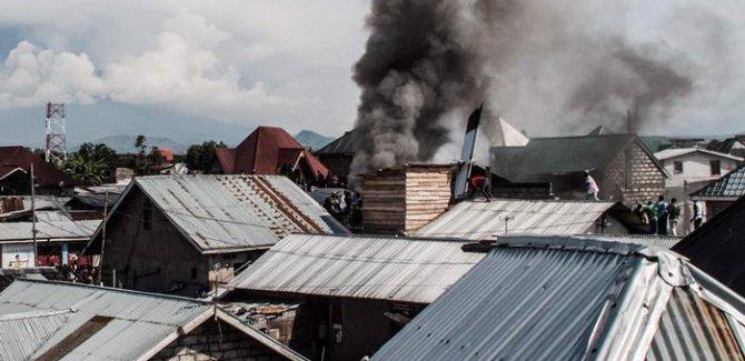 Kongo'da uçak evlerin üzerine düştü:27 ölü
