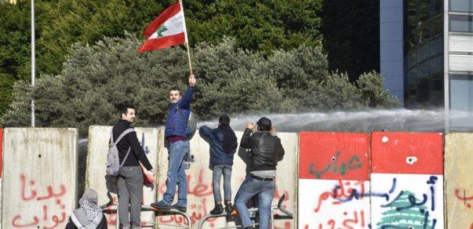 Lübnanlı göstericiler, meclisi binasını kuşattı