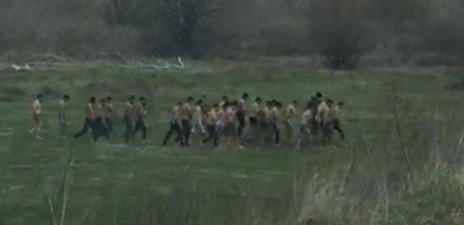 Yunan askerleri dövdüğü göçmenleri yarı çıplak gönderdi