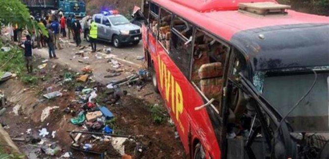 İki yolcu otobüsü çarpıştı: 30 ölü