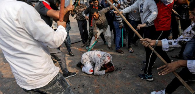 Delhi'deki şiddet olayları da bizim koronavirüsümüz: Hastayız/Arundhati Roy