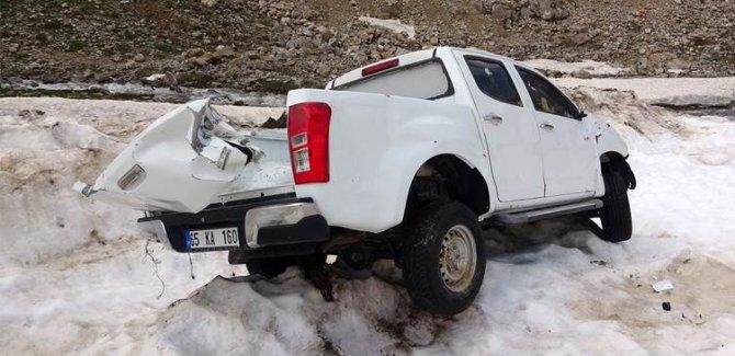 Çığ faciasının yaşandığı Van'da karların erimesiyle araçlar ortaya çıktı