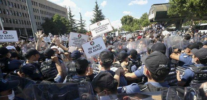 Ankara Adliyesi önünde toplanan avukatlara polis müdahalesi