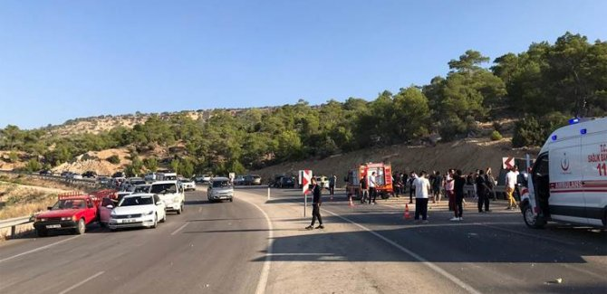 Mersin'de askerleri taşıyan otobüs devrildi:5 Asker hayatını kaybetti