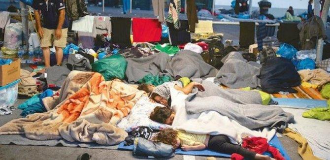 Moria'daki mülteciler geçici çadır kampına taşınıyor