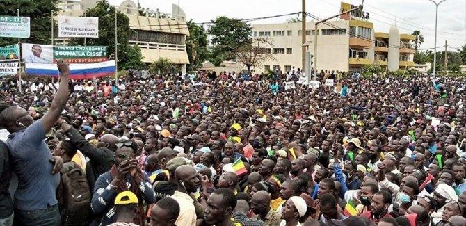 Mali'de Fransa karşıtları sokağa indi