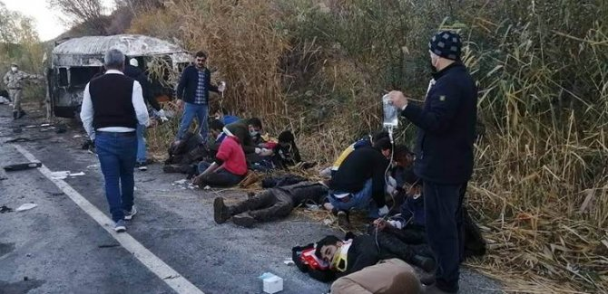 Van'da mültecileri taşıyan minibüs devrildi: 2 ölü, 22 yaralı
