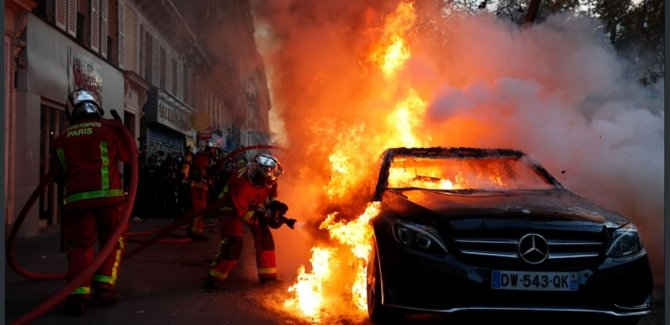 Fransa'daki gösterilerde olaylar çıktı