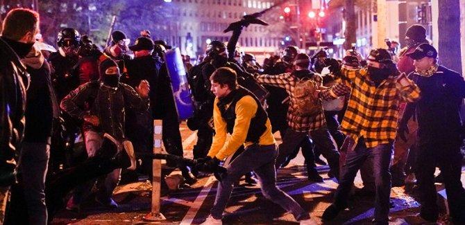Washington'da karşıt gruplar birbirine girdi
