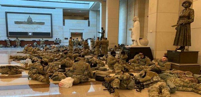 ABD'li askerler Kongre binasında yerde yatıyor