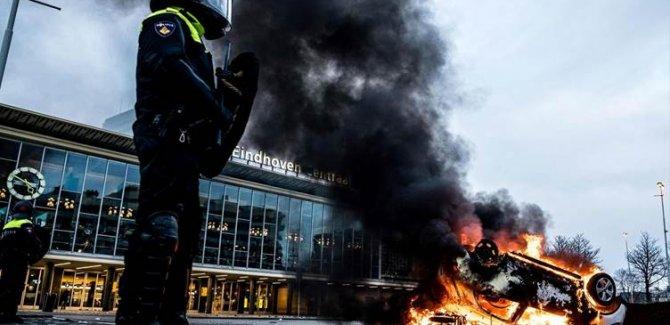 Hollanda'daki eylemlerde Covid-19 test merkezi ateşe verildi