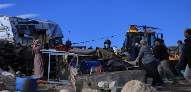 İsrail, Filistinli aileye evini kendi elleriyle yıktırdı