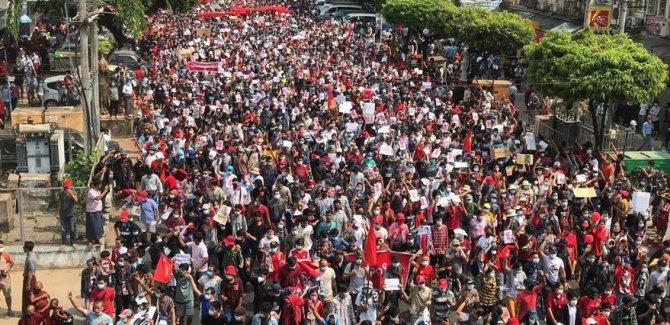 Myanmar'da darbeye karşı binlerce insan sokakta