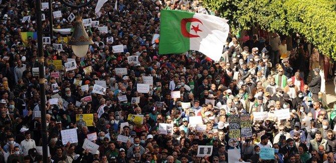 Cezayirliler 'köklü değişim' talebiyle bir kez daha sokaklara indi
