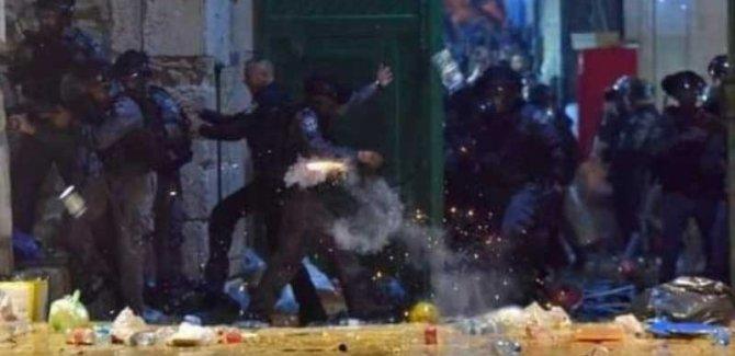 Mescid-i Aksa'ya giren necis İsrail polisi, cemaate ses bombalarıyla saldırdı