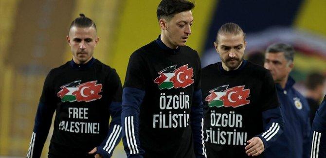 Fenerbahçe sahaya 'Özgür Filistin' yazan tişörtlerle çıktı
