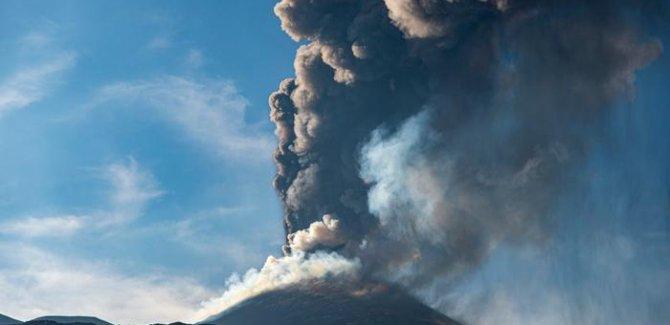 Etna Yanardağı kül bulutları püskürtmeye başladı