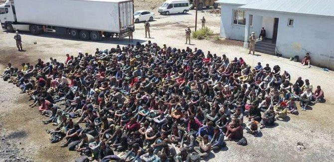 Van'da TIR dorsesinde 300 göçmen