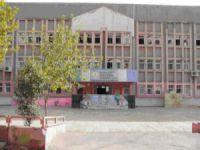 Veliler dikkat, bu okulun önünde tacizci var!
