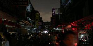 Ülke karanlığa gömülünce ekonomi bakanı istifa etti