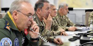 Akar, komutanlarla birlikte Suriye sınırında