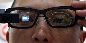 Çin polisi aranan kişileri 'akıllı gözlük'le yakalayacak